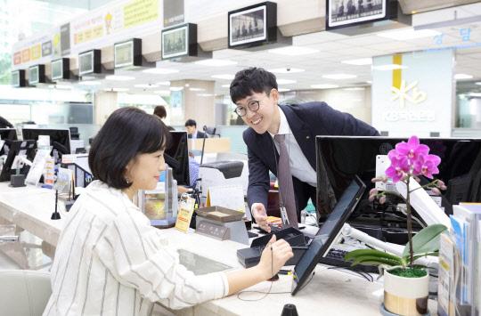 은행 만능해결사로 뜬 '태블릿'… 서명 한번에 가입 '뚝딱'